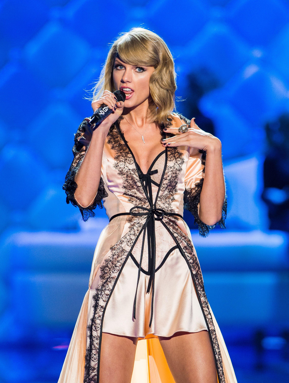 Taylor Swift Modeling Lingerie nudes (14 pics)