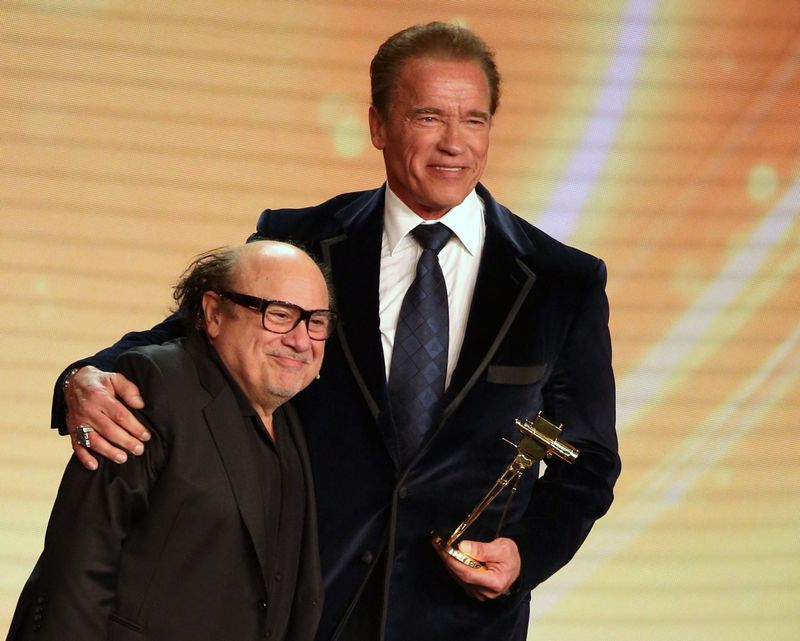 Danny Devito And Arnold Schwarzenegger Have An Onstage Twins Reunion Mtv