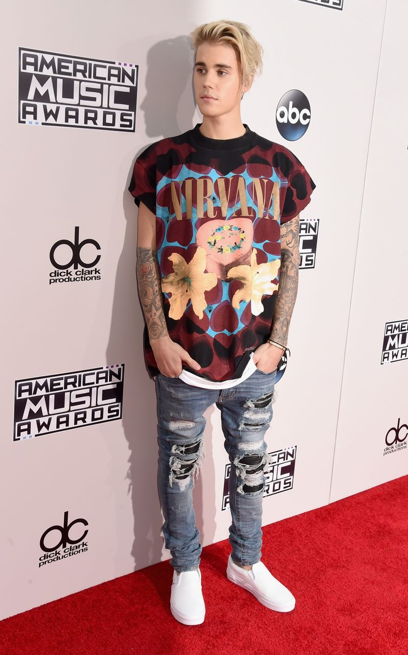 31949b9c Justin Bieber Showed Up To The AMAs In A T-Shirt And Jeans - MTV